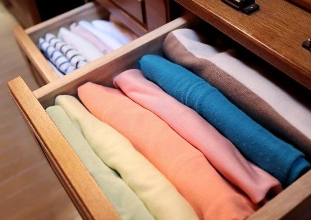 「スペースめっちゃ空く」 100均アイテムでTシャツをすっきり収納する方法