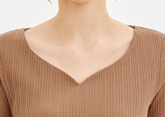 首も肩もスッキリ綺麗に見える。 GU「990円Tシャツ」最高じゃん。