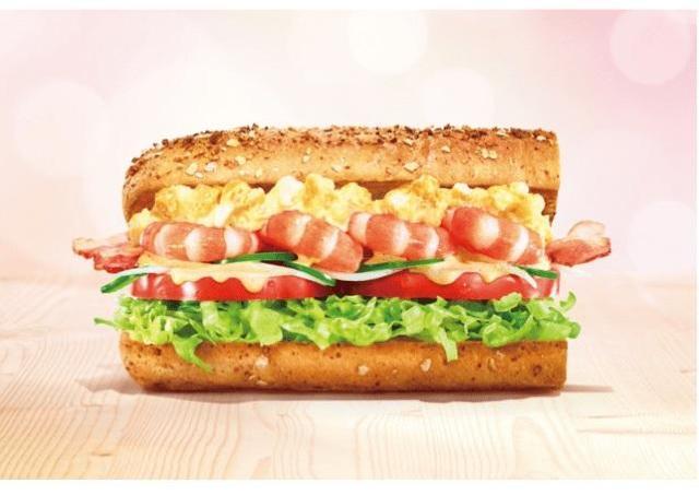 ぷりぷりエビとピリ辛さがたまらん! サブウェイに彩豊な「贅沢サンド」現る。