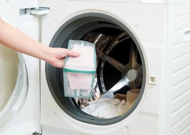マスクの型崩れもゴムの伸びも防止! 「マスク専用洗濯ネット」便利だよ。