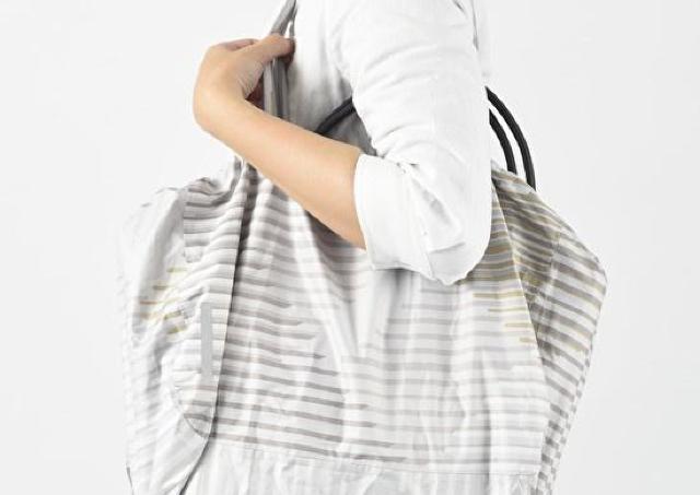 雨の日に強いエコバッグ 大切なバッグも水から守ってくれるよ。
