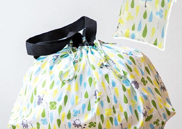 トトロと魔女宅のレインバッグがおしゃかわ! エコバッグとしても使えるよ。