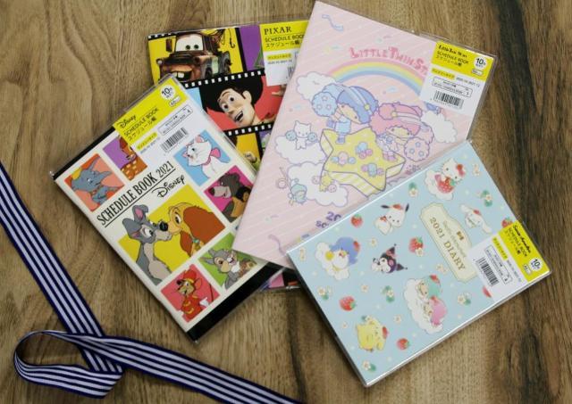 ディズニー、サンリオも100円! ダイソーのスケジュール帳が最&高。