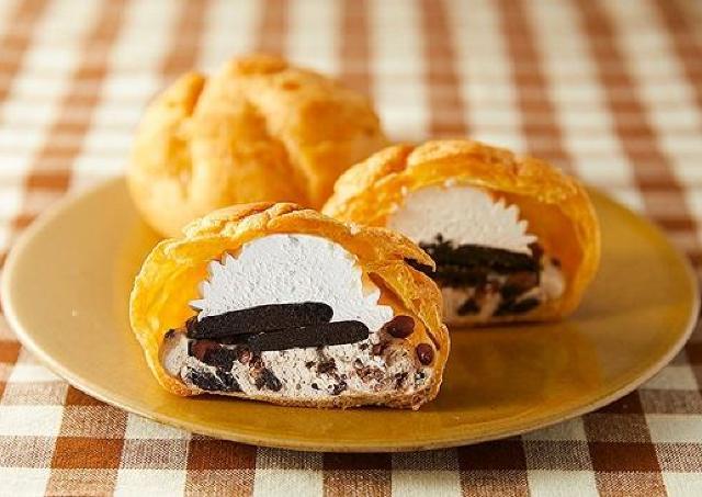 ザクザクのココアクッキーたっぷり! ローソン100の「贅沢シュー」絶対おいしいやつ。