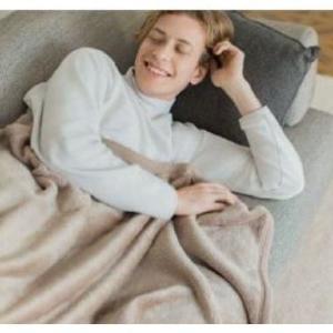 ユニクロの「人をダメにする毛布」が衝撃の1000円オフ!買うなら今かも。