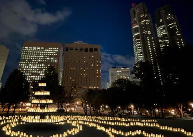 新宿中央公園を約3000個のキャンドルで彩る
