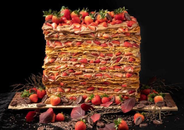 150個以上のイチゴを使った超巨大なミル・ミルフィーユ