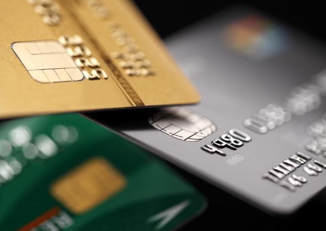楽天ゴールドカードユーザーに悲報...「楽天カード」に戻すべき?