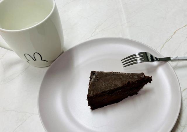 【業務スーパー】コスパ最強ケーキに「ショコラ」が出てた!ずっしり500g、濃厚です。