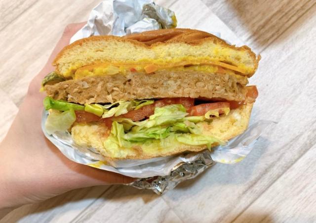 コストコ「巨大ハンバーガー」に新作!大豆から作ったパティはリピ確定のうまさ。