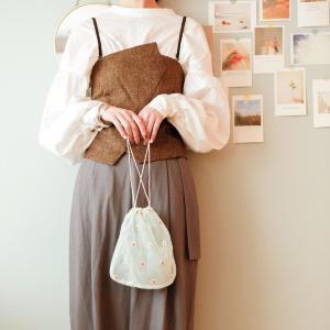 スリコ行ったら迷わずカゴへ。330円の「フラワー刺繍巾着」がめっちゃ可愛い!