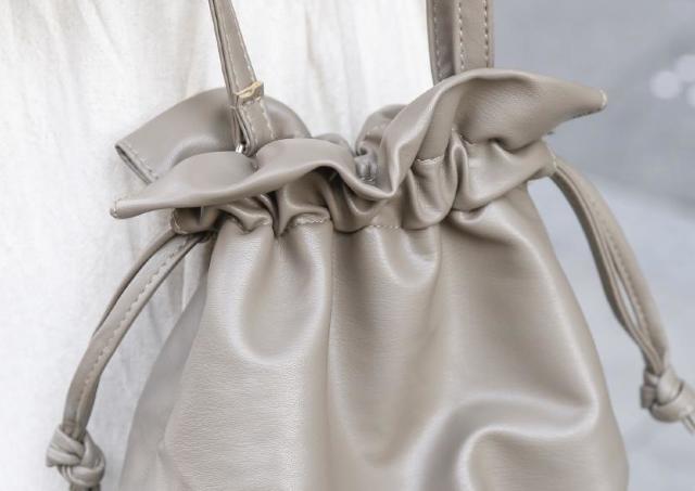 550円でおしゃれが叶う。3COINSの「巾着バッグ」は買い!