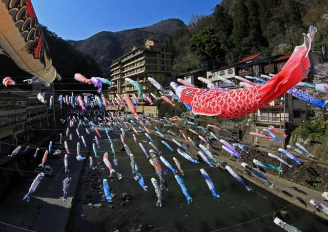 3500匹の鯉のぼりが優雅に泳ぐ