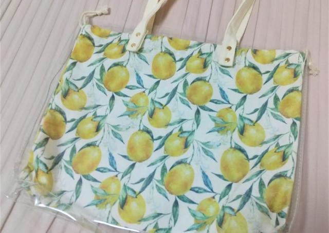 ダイソーで即買い!レモン柄の巾着付きビニールバッグがめっちゃ可愛い。