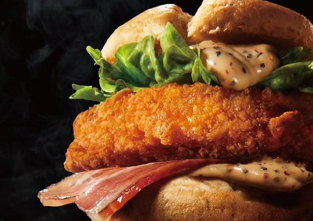 【ケンタッキー】肉厚チキン×ベーコン×マヨソース!魅惑の限定サンド、早めに食べよう。
