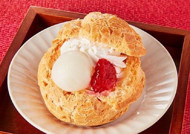 イチゴや白玉が詰まってる!ローソンストア100の新作「具入りシュー」贅沢すぎ。