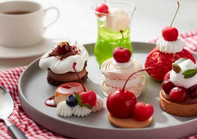 さくらんぼを使用したレトロな雰囲気のケーキセット