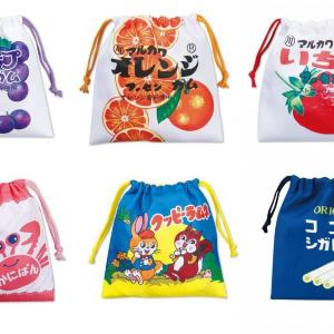 しまむらしか勝たん!「駄菓子ロゴ」の巾着&ポーチがエモ可愛い。