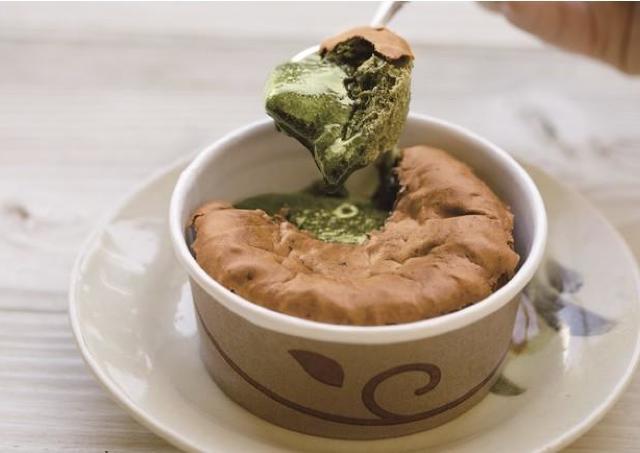 中はとろとろ。仙台パルコにゴディバ「スプーンで食べる生カステラ」登場