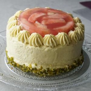 完熟の桃まるまる2個×ピスタチオ!成城石井の贅沢「ケーキ」めちゃくちゃ美味しそう。