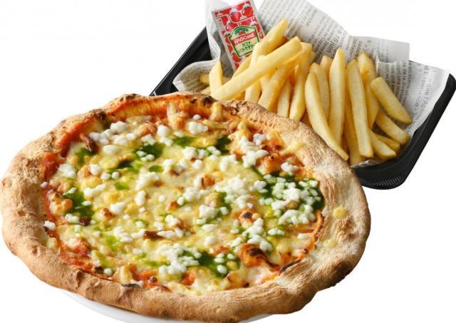 ピザとフライドポテトのセットが600円!お得なテイクアウトメニューで観戦三昧だ。