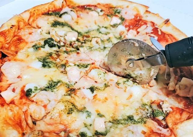 これが噂のコスパ最強ピザか...!「オーケーストア」のピザが「安くて美味い」