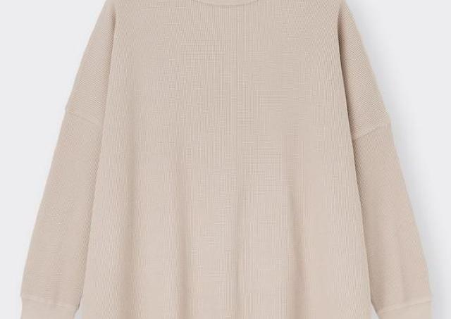 【GU】ゆったりシルエットで体型もカバー!人気「長袖Tシャツ」が990円に値下げ
