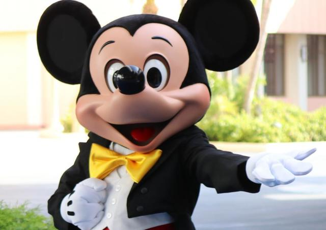 ディズニー行く人に朗報!10月下旬からパーク内で「充電器」のレンタル開始。